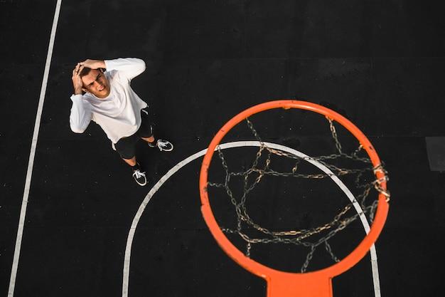 Teleurgestelde basketbalspeler mist hoepel