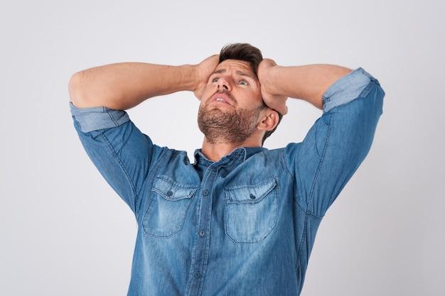Teleurgestelde man met een spijkeroverhemd