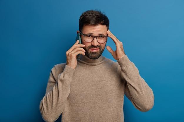 Teleurgestelde ushaven man drukt frustratie uit, kan niet duidelijk horen