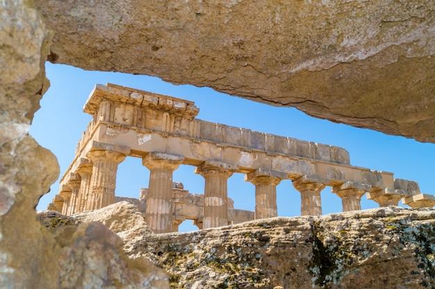 Tempel e bij selinunte op sicilië omlijst op de ruïnes