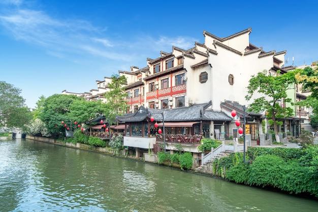 Tempel en qinhuai rivierlandschap