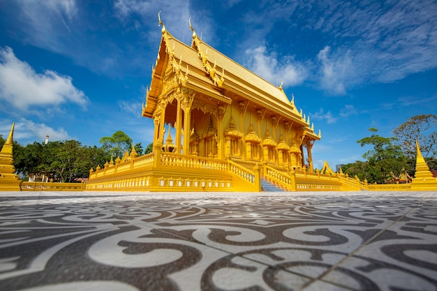 Tempel gouden kleur prachtige kunstarchitectuur in wat pluak ket rayong, thailand