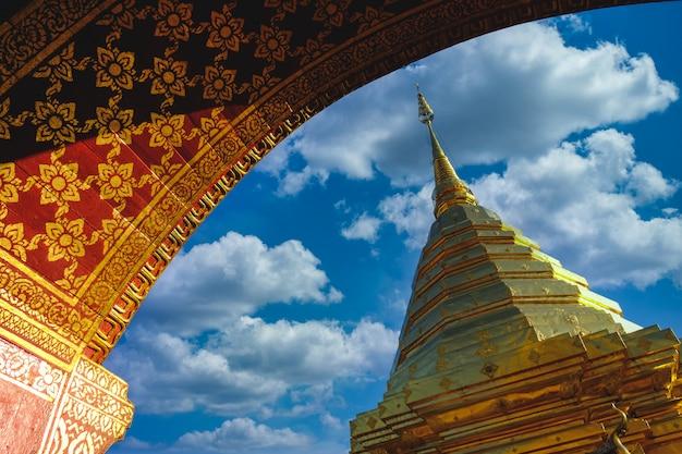 Tempel in oude de architectuurkunst chedi phra that doi suthep van bangkok thailand in chiang mai, thailand azië