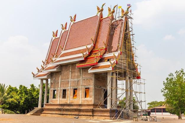 Tempel is in aanbouw in platteland in thailand