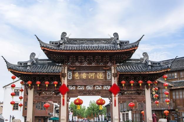 Tempel met decoratie van kleine rode lanters