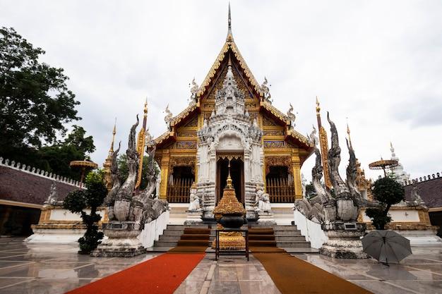 Tempel omgeven door de slang van een tempel in thailand