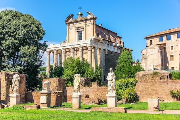 Tempel van antoninus en faustina en standbeelden van de vestalen, forum romanum, italië
