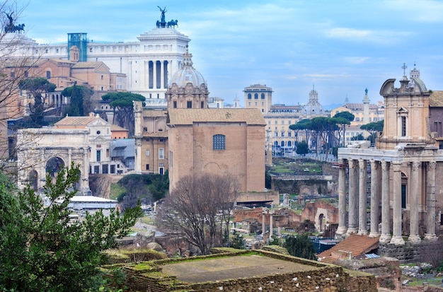 Tempel van antoninus en faustina is een oude romeinse tempel in rome. het staat in het forum romanum, aan de via sacra.