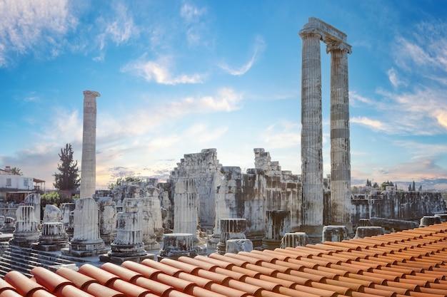 Tempel van apollo in de stad didim met overdag pannendak op de voorgrond