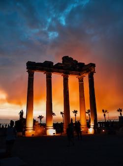 Tempel van apollo in side tegen dramatische hemel