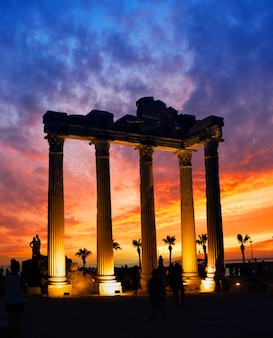 Tempel van de apollo in side tegen dramatische zonsonderganghemel