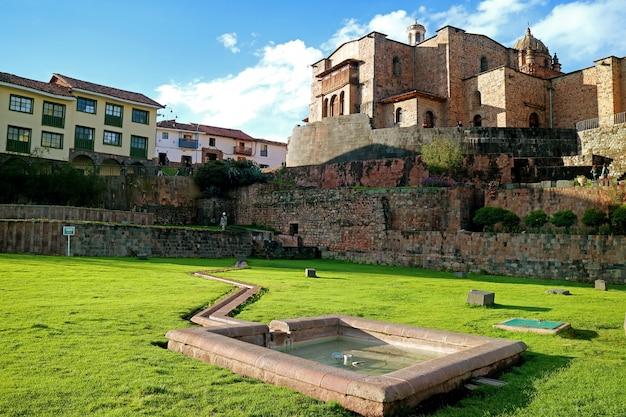 Tempel van de zon van incas of coricancha met klooster van santo domingo church, cusco, peru