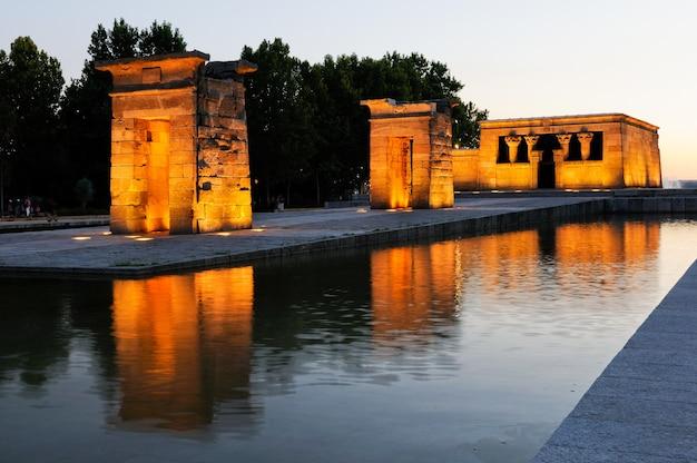 Tempel van debod in madrid bij zonsondergang