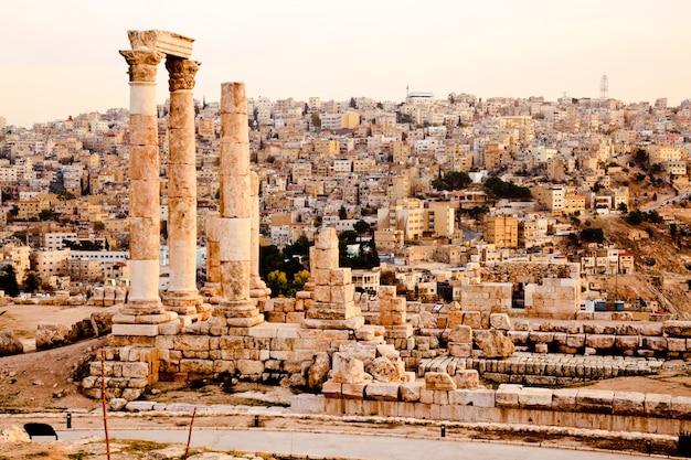 Tempel van hercules op de citadel in amman, jordanië