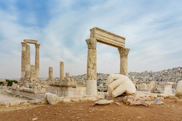 Tempel van hercules, romeinse corinthische zuilen op citadel hill, amman, jordanië