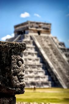 Tempel van kukulcan, hoofdpiramide in chichen itza, mexico.
