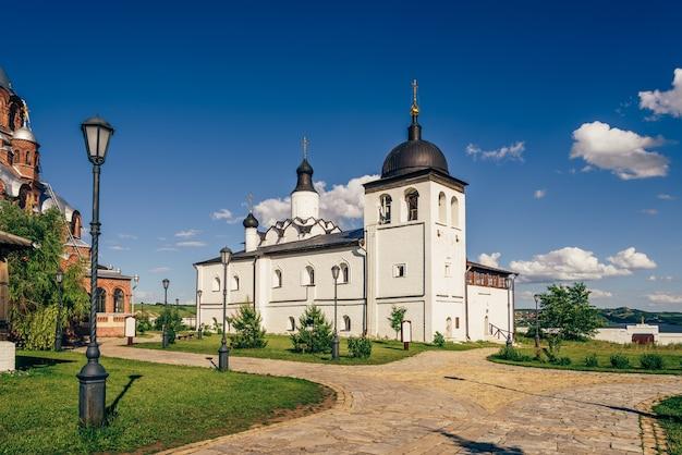 Tempel van st. sergius van radonezh op sviyazhsk island in rusland.
