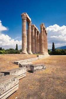 Tempel van zeus in het centrum van athene, griekenland op een heldere dag