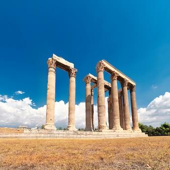 Tempel van zeus met akropolis op de tafel in athene