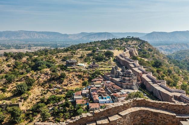 Tempels en huizen in het fort van kumbhalgarh. rajasthan, india