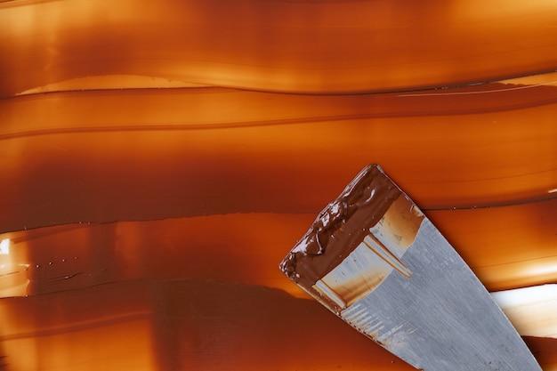 Tempereren van de temperatuur van de chocolade voor het gebruik van een werkoppervlak van marmer