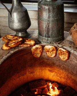 Tendir brood gebakken in speciale pit