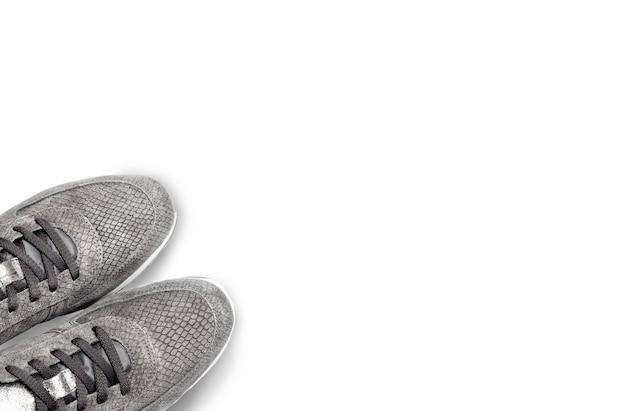 Tenen van vrouwelijke suède sneakers op wit wordt geïsoleerd. bovenaanzicht, kopieer ruimte