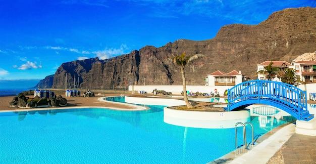 Tenerife eiland. ontspannende vakantie in los gigantes. zwembad boven de zee