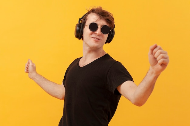 Tennagejongen die en muziek luisteren dansen