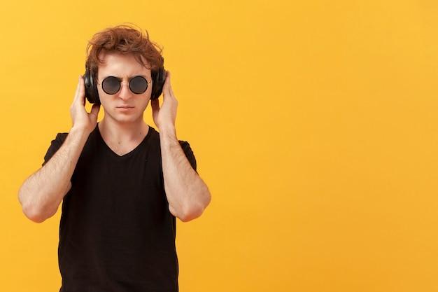 Tennagejongen met hoofdtelefoons en exemplaar-ruimte