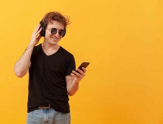 Tennagejongen met mobiel