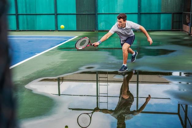 Tennis het praktizeren het concept van het atletenhof geschikte spel