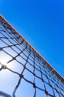 Tennis netto op blauwe hemel