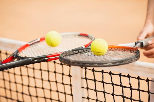 Tennis paar tennisrackets houden