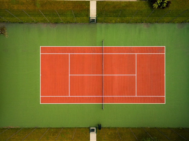 Tennisbaan gezien vanuit de lucht