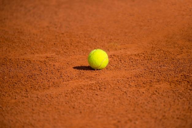 Tennisbaan met tennisbal en antuka-achtergrond