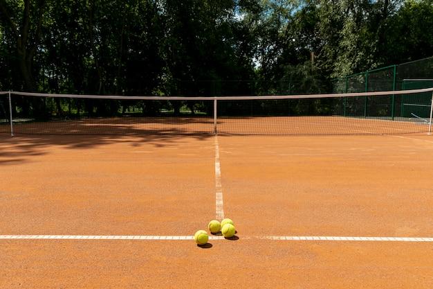 Tennisbaan met tennisballen op grond