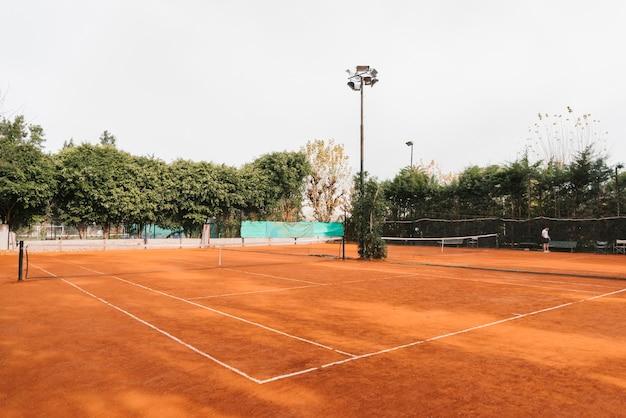 Tennisbaan op een bewolkte dag