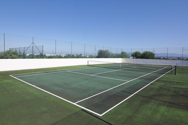 Tennisbaan zonder mensen in de zomer voor vakantie.