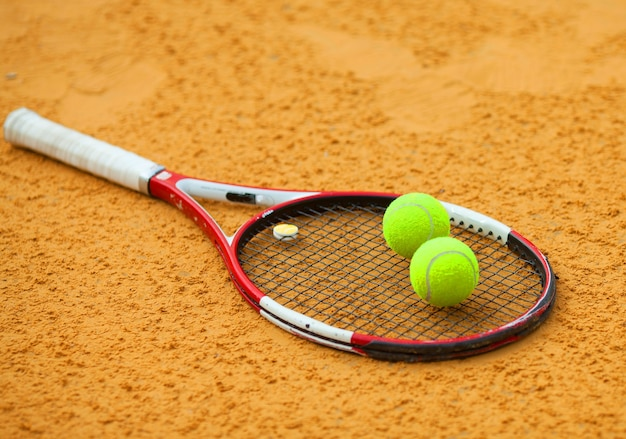 Tennisbal en racket op gravel
