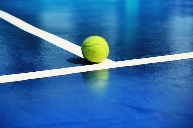 Tennisbal gezet op hofachtergrond