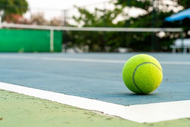 Tennisbal op de baan