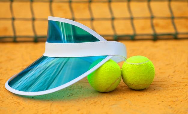 Tennisbal op de tennisbaan. blauwe tennispet.