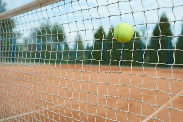 Tennisbal op het net
