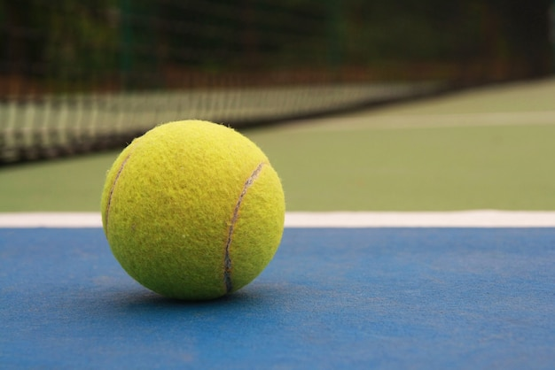 Tennisbal op het veld