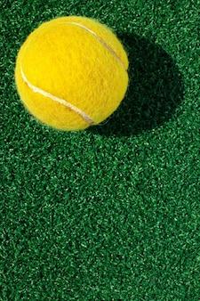 Tennisbal op hof