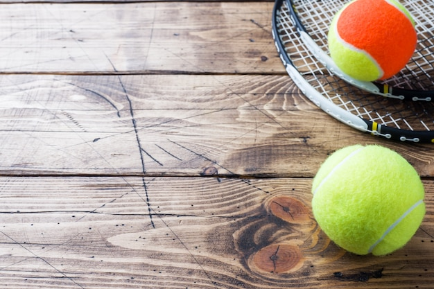 Tennisbal op houten achtergrond, sportconcept en idee, rustieke stijl.