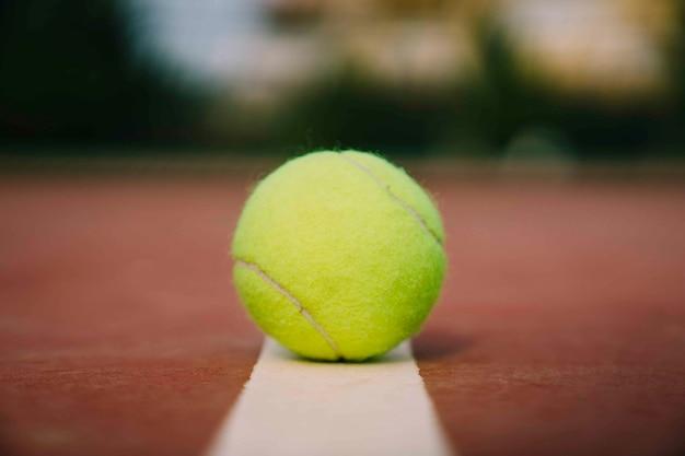 Tennisbal op lijn
