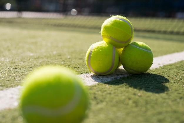 Tennisballen met lage hoekclose-up