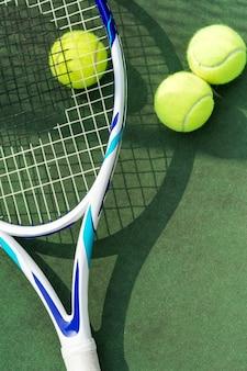 Tennisballen op een tennisbaan